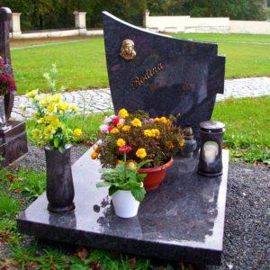 Urnový hrob - kamenná deska