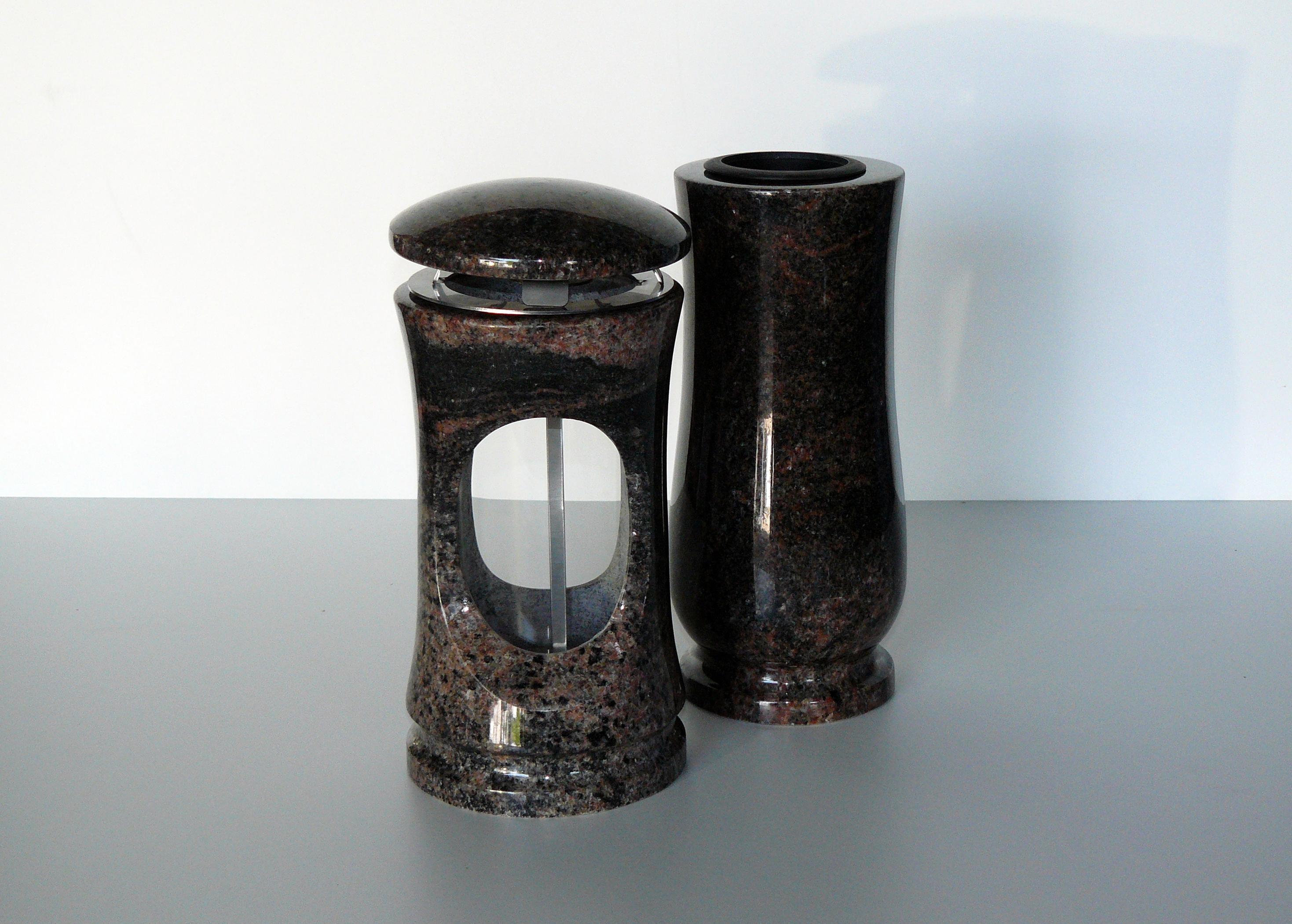 kamenná váza a svítilna